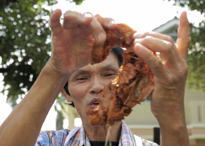 This Man Fries Chicken With His Bare Hands