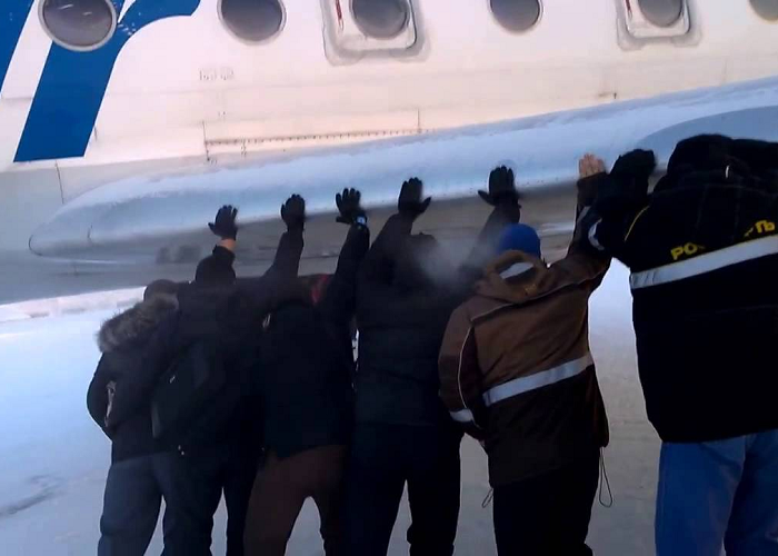 Look At Passengers Pushing The Aircraft In Russia